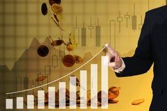 Painel virtual tocante da mão do homem de negócios da exposição dobro do growt Imagens de Stock