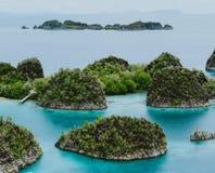 Painemo, Gruppe von kleiner Insel im seichten blauen Lagunenwasser, Raja Ampat, West-Papua, Indonesien Lizenzfreie Stockbilder