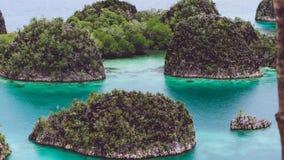 Painemo, Gruppe von kleiner Insel im seichten blauen Lagunenwasser, Raja Ampat, West-Papua, Indonesien Lizenzfreie Stockfotografie