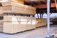 Painéis de madeira armazenados dentro de um armazém Imagem de Stock