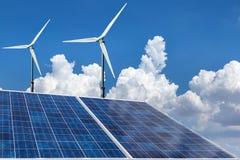 Painéis solares e energia alternativa das turbinas eólicas Fotos de Stock