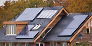 Painéis solares na casa Fotos de Stock