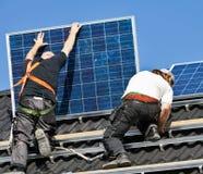Painéis solares que estão sendo montados no telhado Fotografia de Stock Royalty Free