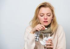painkiller Läkarbehandling och ökande vätskeintag Dåligt kvinna som behandlar tecken som orsakas av förkylning eller influensa Gu arkivfoto