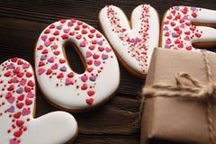 Pains d'épice et boîte décorés pour le jour de valentines Images libres de droits