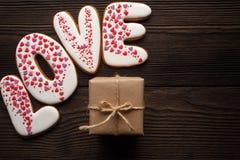 Pains d'épice et boîte décorés pour le jour de valentines Photos stock