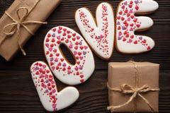 Pains d'épice et boîte décorés pour le jour de valentines Images stock