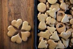 Pains d'épice sur le comptoir de cuisine en bois Images libres de droits