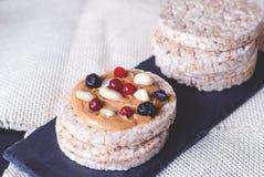 Pains de blé de riz avec le beurre et les baies d'arachide image libre de droits
