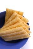 Pains de maïs pour le déjeuner dans le bac bleu image stock
