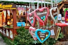 Pains de Noël exposés sur le marché de soirée à Berlin Images libres de droits
