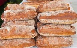 Pains de pain cuits au four par artisan Photo stock