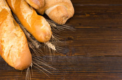 Pains de pain d'artisan avec le fond de blé Image stock
