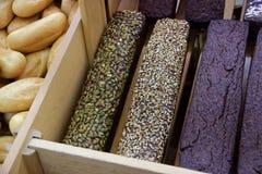 Pains de pain foncé avec des graines de tournesol et de citrouille, Arménie Photographie stock