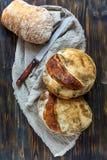 Pains de pain fraîchement cuit au four d'artisan Photographie stock