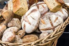 Pains de pain frais au marché Images stock