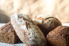 Pains de pain frais de blé entier d'artisan de levain Image libre de droits