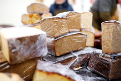 Pains de pain organique à vendre au marché extérieur d'agriculteurs Image stock