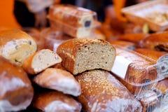Pains de pain organique à vendre au marché extérieur d'agriculteurs à Vilnius Photographie stock libre de droits