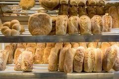 Pains de pain sur une étagère photographie stock libre de droits