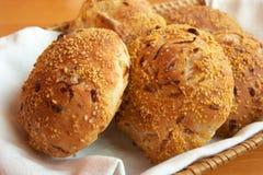 Pains de pain sur une serviette blanche Photos libres de droits