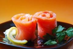 Pains de viande d'un saumon avec un citron Images stock