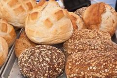 Pains et petits pains organiques d'artisan à vendre Images stock