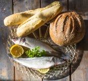 Pains et poissons photo stock
