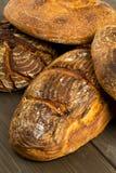 Pains fabriqués à la main de pain sur la table en bois Image libre de droits