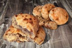 Pains faits lever de Flatbread de Pitta cuits au four par cheminée avec des tranches de pain entier de baguette réglé sur le vieu Photo stock