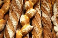 Pains français dans une boulangerie photos stock