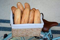 Pains français frais, baguettes dans un panier sur une bicyclette Images stock