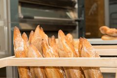 Pains français sur un marché de boulangerie Photo libre de droits