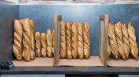 Pains français sur un marché de boulangerie Image stock