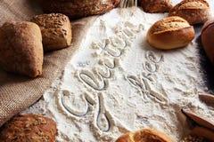 pains gratuits de gluten, mot de glutenfree écrit et petits pains de pain sur g Image libre de droits