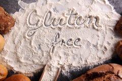 pains gratuits de gluten, mot de glutenfree écrit et petits pains de pain sur g Photographie stock
