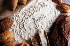 pains gratuits de gluten, mot de glutenfree écrit et petits pains de pain sur g Image stock