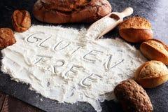 pains gratuits de gluten, mot de glutenfree écrit et petits pains de pain sur g Images stock