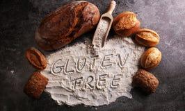 pains gratuits de gluten, mot de glutenfree écrit et petits pains de pain sur g Photo stock