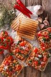 Pains grillés avec des haricots à une sauce tomate, à un fromage et à un plan rapproché d'herbes V Image stock