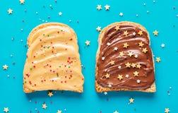 Pains grillés avec du beurre d'arachide et de chocolat Photographie stock libre de droits