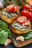 Pains grillés avec le sause et les tomates de pesto Photographie stock