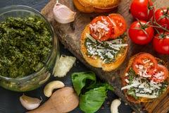 Pains grillés avec le sause et les tomates de pesto Photo libre de droits