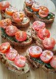Pains grillés avec le tahini et la sauce en bon état et les tomates-cerises Photographie stock libre de droits