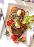 Pains grillés avec les biftecks de boeuf rôtis photos libres de droits
