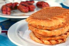 Pains grillés chauds croquants et saucisses grillées Photos libres de droits
