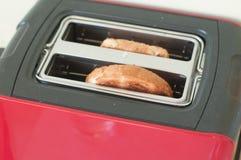 Pains grillés dans le pair de grille-pain  Images stock