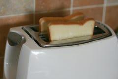 Pains grillés dans un grille-pain Photos libres de droits