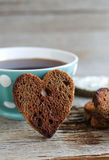 Pains grillés de seigle et tasse de café en forme de coeur Photo stock