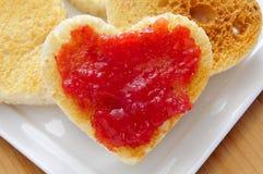 Pains grillés en forme de coeur et confiture Images libres de droits